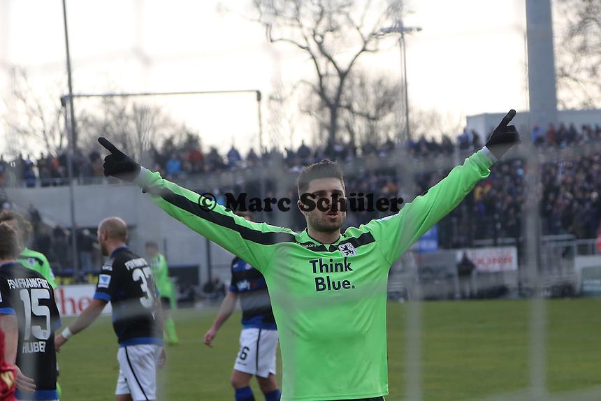 Moritz Stoppelkamp (1860) erzielt per Elfmeter gegen Patric Klandt (FSV) das 1:1 und jubelt - FSV Frankfurt vs. TSV 1860 München Frankfurter Volksbank Stadion