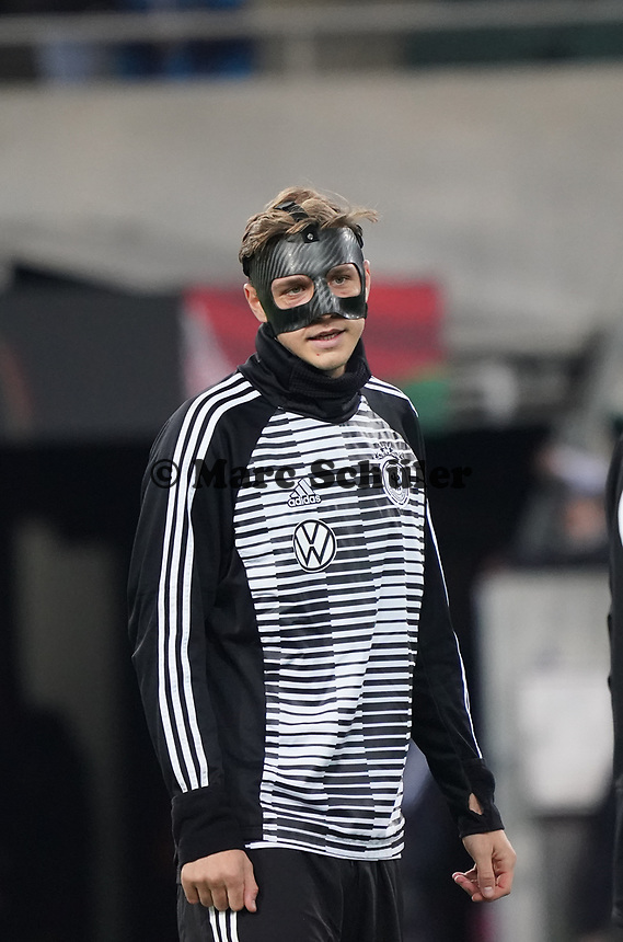 Niklas Stark (Deutschland Germany) spielt mit Maske - 16.11.2019: Deutschland vs. Weißrussland, Borussia Park Mönchengladbach, EM-Qualifikation DISCLAIMER: DFB regulations prohibit any use of photographs as image sequences and/or quasi-video.