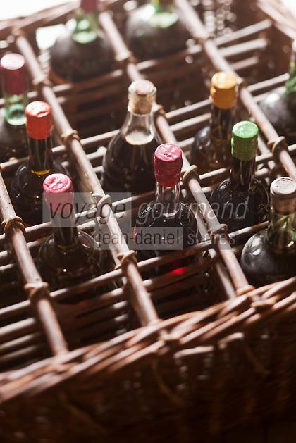 Europe/France/Aquitaine/24/Dordogne/Villamblard: Vieux casier à bouteilles d'alcool et liqueurs - Distillerie Clovis Reymond