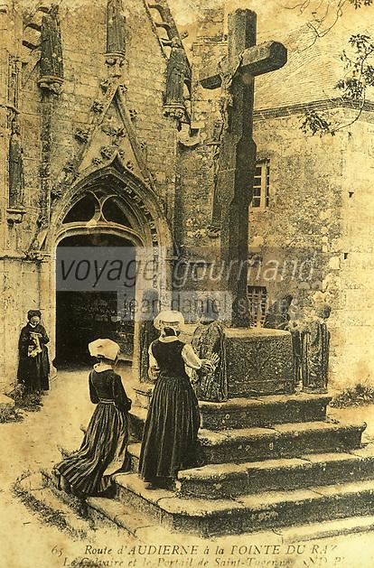 Europe/France/Bretagne/29/Finistère/Cap Sizun/Primelin: Carte postale, photographie ancienne de la Chapelle Saint-Tugen - Deux femmes en prière face à la croix