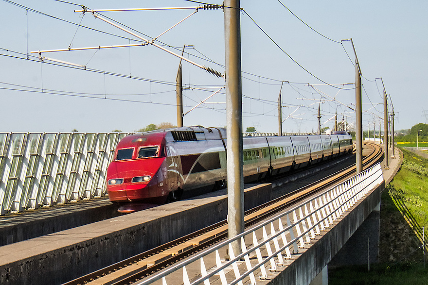 Nederland, Bleiswijk, 17 mei 2015<br /> Hogesnelheidslijn ter hoogte van Bleiswijk. Een trein van Thalys rijd met hoge snelheid langs. <br /> <br /> Foto: Michiel Wijnbergh