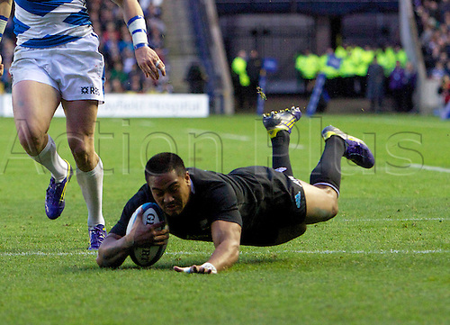 11.11.2012 Edinburgh, Scotland.    All Blacks Julian Savea scoring for New Zealand during the EMC Scottish Rugby Autumn Test between Scotland v New Zealand from Murrayfield Stadium.