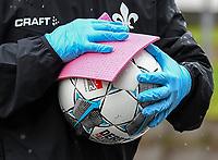 Ball wird desinfiziert/gereinigt<br />  - 23.05.2020: Fussball 2. Bundesliga, Saison 19/20, Spieltag 27, SV Darmstadt 98 - FC St. Pauli, emonline, emspor, v.l. Stadionansicht Innenraum, Rasen Uebersicht vor dem Spiel<br /> <br /> <br /> Foto: Florian Ulrich/Jan Huebner/Pool VIA Marc Schüler/Sportpics.de<br /> Nur für journalistische Zwecke. Only for editorial use. (DFL/DFB REGULATIONS PROHIBIT ANY USE OF PHOTOGRAPHS as IMAGE SEQUENCES and/or QUASI-VIDEO)