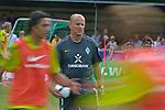 NORDERNEY Trainer Thomas Schaaf bleibt Norderney treu. Nachdem er bereits elfmal mit Fu&szlig;ball-Bundesligist Werder Bremen ins Trainingslager auf die Nordseeinsel gefahren ist, um sein Team auf eine Saison vorzubereiten, will er die Sportpl&auml;tze und die dort gebotene Betreuung auch f&uuml;r seinen neuen Verein, Eintracht Frankfurt, nutzen. Das Trainingslager ist f&uuml;r die Zeit vom 6. bis 12. Juli geplant.<br /> Archiv aus: 08.07.2010, An der Muehle, Norderney, GER, Trainingslager Werder Bremen 1. FBL 2010 - Day02 im Bild     Thomas Schaaf ( Werder  - Trainer  COACH) Feature davor Wischer Foto &copy; nph / Kokenge