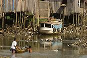 Ronaldo Vilhena 34  anos, morando a 20  no Tucunduba, a falta de &aacute;gua encanada lhe faz usar uma bica a 10 mts do igarap&eacute;, pequeno rio, cuja a ocupa&ccedil;&atilde;o desordenada ha v&aacute;rias decadas levaram a degrada&ccedil;&atilde;o do meio ambiente e baixa qualidade de vida.<br /> As fam&iacute;lias moradoras da &aacute;rea n&atilde;o tem acesso a &aacute;gua encanada. <br /> O igarap&eacute; que fica a cerca de 150 km do litoral paraense no atl&acirc;ntico sofre influ&ecirc;ncia da mar&eacute; , servindo para transporte para alguns bairros da cidade s&oacute; pode ser usado durante a alta mar&eacute;.<br /> Bel&eacute;m Par&aacute; Brasil<br /> 05/06/2004<br /> Foto Paulo Santos/Interfoto