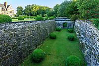 France, Indre-et-Loire (37), Montlouis-sur-Loire, jardins du château de la Bourdaisière, les douves et boules de buis