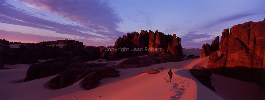 Au sud est du massif du Hoggar, le aiguilles de grès de Tin Akacheker (chateau en touareg) sculptées par le vent sont considérées comme les joyaux du Sahara.Tassilis du Hoggar. Algérie