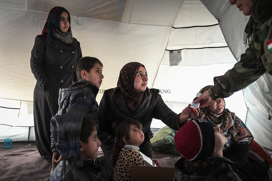 IRAK, Bashika: Children of the Khamsa family receive foods and medicines from a NGO. They've just arrived from Mosul in Bashik  where they have to wait to be transfered to a IDP camp, the 11th December 2016. <br /> <br /> IRAK, Bashika: Les enfants de la famille Khamsa re&ccedil;oivent des aliments et des m&eacute;dicaments d'une ONG. Ils viennent d'arriver de Mossoul &agrave; Bashik o&ugrave; ils doivent attendre pour &ecirc;tre transf&eacute;r&eacute;s dans un camp de d&eacute;plac&eacute;s, le 11 d&eacute;cembre 2016.