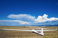 Gewitterstimmung in Fuentemilanos: EUROPA,  SPANIEN, KASTILIEN LEON, SEGOVIA, 21.07.2015 Gewitterstimmung in Fuentemilanos, ein Segelflugzeug vom Typ DG 800 steht in Bezeugen auf dem Flugplatz.