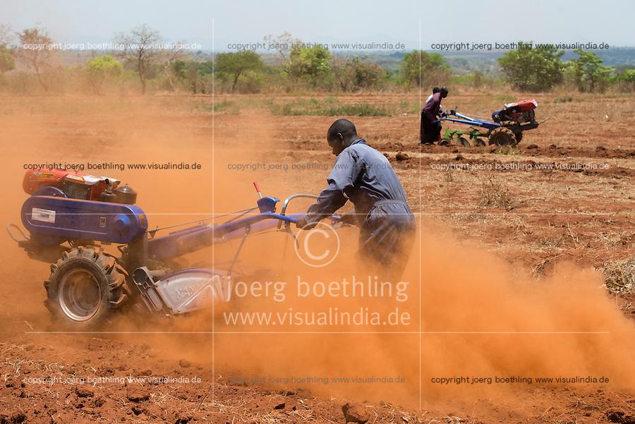 MALAWI, Lilongwe, hand tractor training for small scale  farmer / MALAWI, Lilongwe, GIZ Projekt gruene Innovationszentren, Handtraktor Training fuer Kleinbauern am Natural Resources College NRC