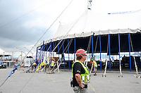 RIO DE JANEIRO, RJ, 19.12.2013 - MONTGEM ESTRUTURA / CIRQUE DU SOLEIL / RJ - Levantamento da tenda para o espetáculo Corteo, do Cirque du Soleil, na tarde desta quinta-feira (19), com estréia em 27 de dezembro, na Marina da Glória, na glória, zona sul da cidade do Rio de Janeiro. (Foto: Marcelo Fonseca / Brazil Photo Press).