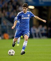 FUSSBALL   CHAMPIONS LEAGUE   SAISON 2013/2014   GRUPPENPHASE FC Schalke 04 - FC Chelsea        22.10.2013 Oscar (FC Chelsea) am Ball