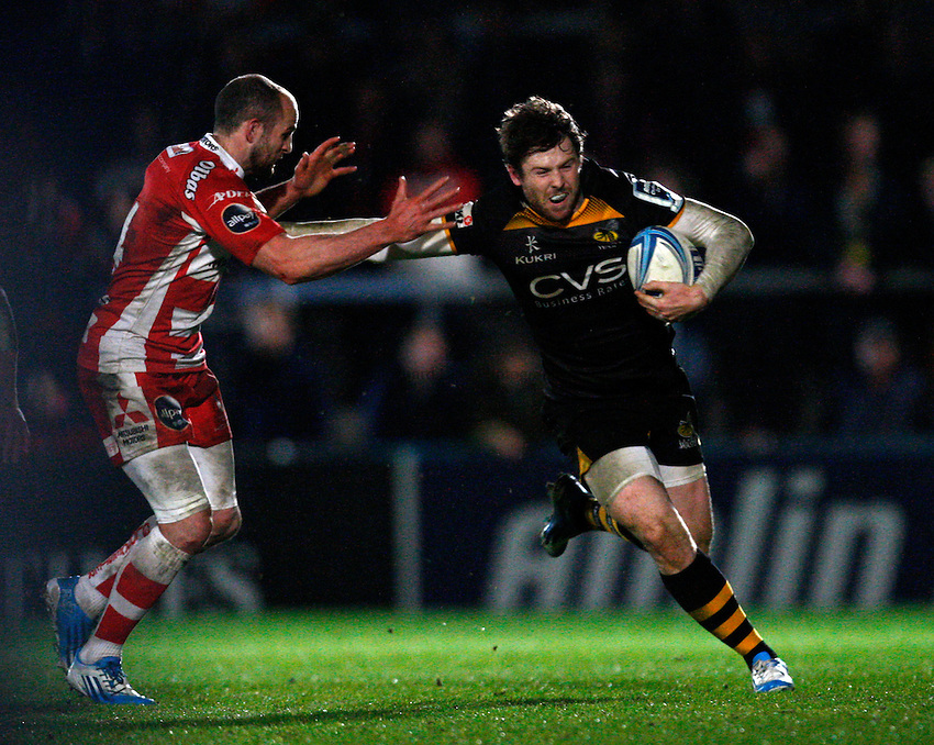 Photo: Richard Lane/Richard Lane Photography. London Wasps v Gloucester. Amlin Challenge Cup Quarter Final. 06/04/2014. Wasps' Elliot Daly breaks on the outside of Gloucester's Charlie Sharples.