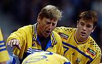 Handball Maenner Laenderspiel, Nationalmannschaft Deutschland - Schweden (31:31) Preussag Arena Hannover (Germany) Mitte Trainer Bengt Johannsson (SWE) schreit seine Spieler an, erregt rechts Jonas Larholm (SWE)