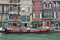 Transport de marchandise sur le Grand Canal.(Venise, Octobre 2006)