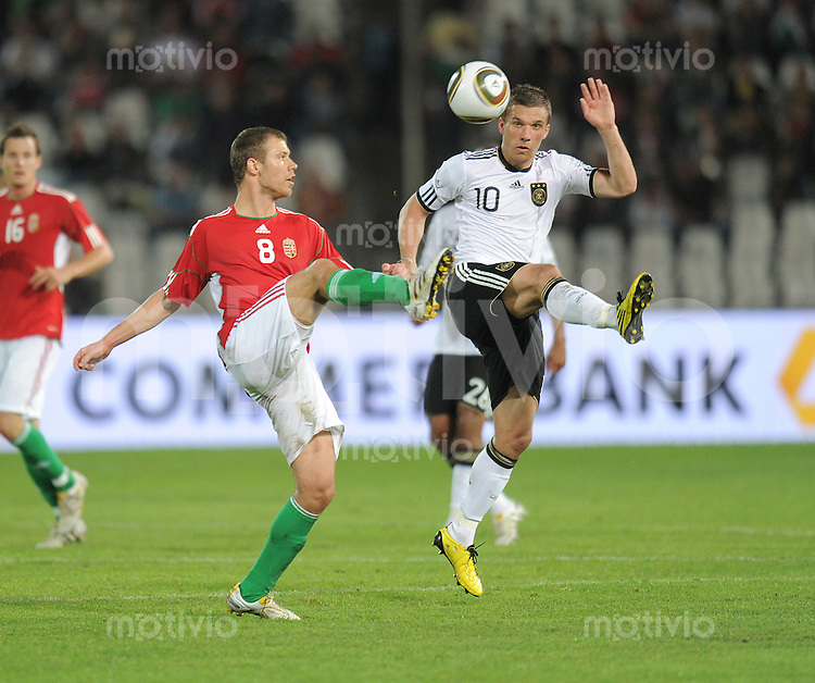 Fussball International:  Testspiel   29.05.2010 Ungarn - Deutschland Krisztian Vadocz (HUN links)  gegen Lukas Podolski (GER)