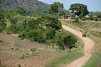 ZAMBIA, Sinazongwe, Tonga tribe, village Muziyo, farming in mountain range / Kleinbauern bestellen ihre Felder