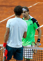 Lo spagnolo Rafael Nadal stringe la mano al connazionale David Ferrer, a destra, dopo averlo sconfitto durante gli Internazionali d'Italia di tennis a Roma, 17 Maggio 2013..Spain's Rafael Nadal is congratulated by his compatriot David Ferrer, right, after defeating him at the Italian Open Tennis tournament ATP Master 1000 in Rome, 17 May 2013.UPDATE IMAGES PRESS/Isabella Bonotto