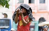 SAO PAULO, SP, 03 DE JANEIRO 2012 - OPERACAO CRACOLANDIA - Policiais militares realizam uma operação para retirar usuários de droga e prender traficantes na região conhecida como Cracolândia, no centro de São Paulo, nesta terça-feira (3). Viciados que acampavam na Rua Helvétia foram desalojados, mas não houve registro de incidentes graves. Duas mulheres foram presas com 40 pedras de crack e 19 trouxinhas de crack e um simulacro de metralhadora. Além das duas, uma terceira mulher também foi levada ao 8ºDP, pois era procurada pela Justiça. (FOTO: AMAURI NEHN - NEWS FREE).