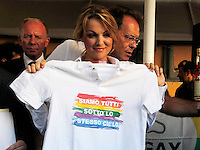 Francesca Pascale  aderisce all'arcigay associazione per i diritti degli omosessuali