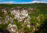 Deutschland, Freistaat Sachsen, Saechsische Schweiz, Elbsandsteingebirge, Schwedenloecher bei Rathen, steiler Wanderweg von Bastei zum Amselsee, Klettergebiet | Germany, the Free State of Saxony, Saxon Switzerland, Elbe Sandstone Mountains, Schwedenloecher area near Rathen, steep hiking trail from Bastei to Amsel Lake