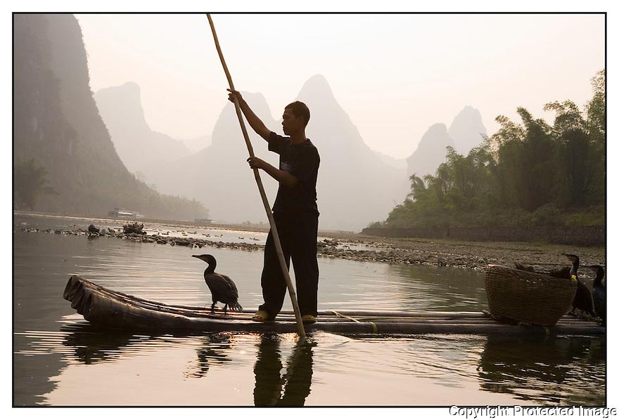 Chine<br /> Port de Xingping, p&ecirc;cheur au cormoran.