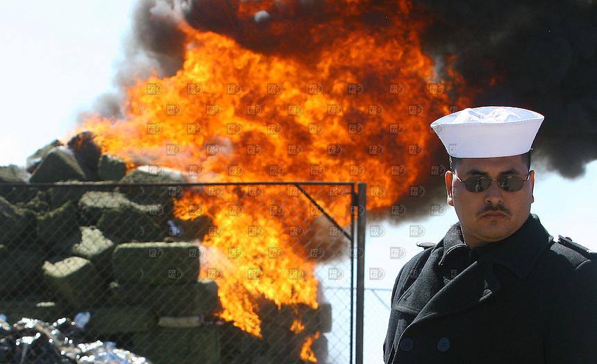Elementos de la marina queman cuatro toneladas de Mariguana decomisada en Baja California y quemada en la base militar naval de Topolobambo, Sinaloa, el  25 de enero de 2007. Foto: Alejandro Meléndez