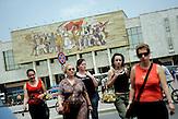 Strssenszene am Skanderbeg-Platz in Tirana , Albanien ,  06.2008 . Travel Reise Europa Balkan Suedosteuropa Osteuropa Albania Tirane Menschen Albaner .