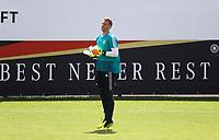 """Torwart Manuel Neuer (Deutschland Germany) """"Best never Rest"""". Er holt Wasser für alle Torhüter - 28.05.2018: Training der Deutschen Nationalmannschaft zur WM-Vorbereitung in der Sportzone Rungg in Eppan/Südtirol"""