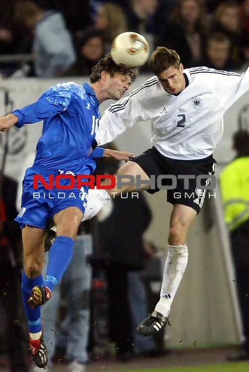 Laenderspiel EM 2004 Qualifikation<br /> Deutschland vs. Island 3:0<br /> Sebastian Kehl (rechts) von Deutschland im Kopfball Duell mit Hjalmar Jonsson (links) von Island.<br /> Foto &copy; nordphoto - Ruediger Lampe<br /> <br />  *** Local Caption *** Foto ist honorarpflichtig! zzgl. gesetzl. MwSt.<br />  Belegexemplar erforderlich<br /> Adresse: nordphoto<br /> Georg-Reinke-Strasse 1<br /> 49377 Vechta
