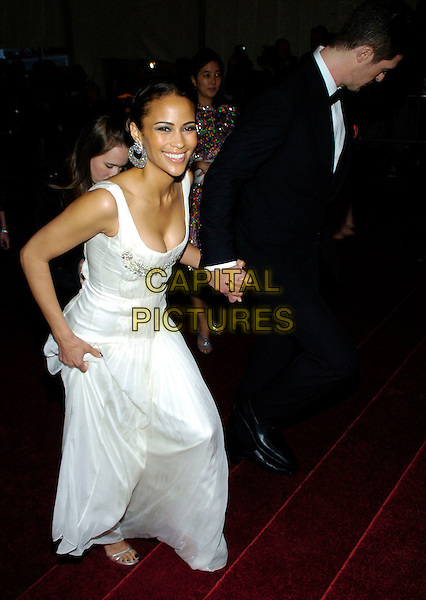 "PAULA PATTON & ROBIN THICKE .2007 Metropolitan Museum of Art Costume Institute Gala celebrating ""Poiret: King of Fashion"" exibition at the Metropolitan Museum of Art, New York City, New York, USA..May 7th, 2007.full length white dress black dinner suit tuxedo holding hands.CAP/ADM/BL.©Bill Lyons/AdMedia/Capital Pictures *** Local Caption ***"
