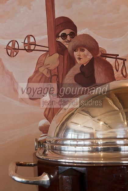 Europe/France/Rhône-Alpes/74/Haute-Savoie/Megève: Salle de restaurant 1920, au Chalet du Mont d'Arbois - Détail chariot à trancher en argent et peintures murales sur le thème du ski