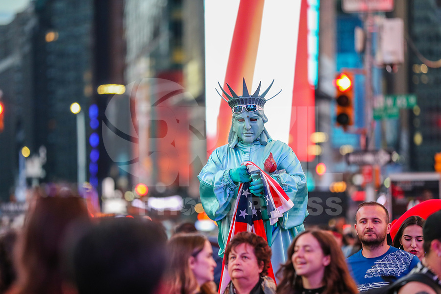 NOVA YORK, EUA, 27.05.2019 - MEMORIAL-DAY - Movimentação na Times Square durante o feriado de Memorial Day que é um dia para lembrar os homens e mulheres que morreram enquanto serviam nas Forças Armadas dos Estados Unidos. (Foto: Vanessa Carvalho/Brazil Photo Press)