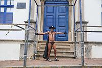 OLINDA, PE, 23.02.2014 - CARNAVAL / PERNAMBUCO / OLINDA - Homem vestido como o personagem Zorro posa para foto em frente a Prefeitura de Olinda no Centro Historico de Olinda, neste domingo, 23. (Foto: William Volcov / Brazil Photo Press).