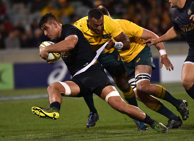 Pumas player  Pablo Matera (L) is tackled by Wallabies player  Tevita Kuridrani (R) during the Rugby Championship match between Australia and Argentina in Canberra on September 16, 2017. AFP PHOTO / MARK GRAHAM --- IMAGE RESTRICTED TO EDITORIAL USE - STRICTLY NO COMMERCIAL USE --