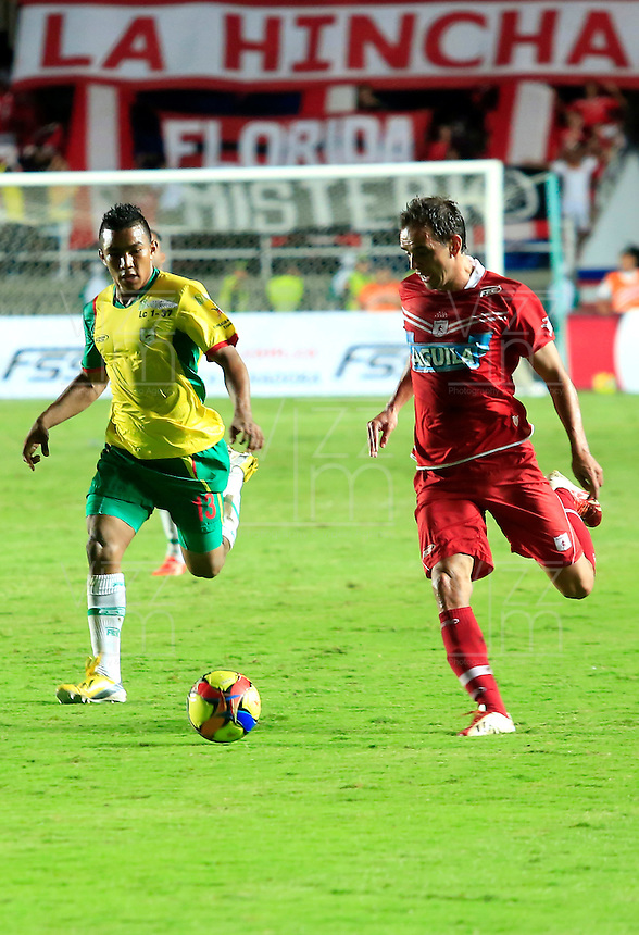 CALI - COLOMBIA-31-10-2013: Wander Luiz (Der.) jugador del America disputa el balon con William Carrascal (Izq.) jugador del Real Cartagena durante partido en el estadio Pascual Guerrero de la ciudad de Cali, octubre 31 de 2013. America y Real Cartagena en partido por la segunda fecha de los cuadrangulares semifinales del Torneo Postobon II. (Foto: VizzorImage / Juan C. Quintero / Str). Wander Luiz (R) player of America vies for the ball with William Carrascal (L) player of Real Cartagena during a match at the Pascual Guerrero Stadium in Cali city, October 31, 2013. America and Real Cartagena in a match for the second round of the quadrangular semifinals Postobon tournament II. (Photo: VizzorImage / Juan C. Quintero / Str).