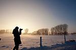 Europa, DEU, Deutschland, Nordrhein Westfalen, NRW, Rheinland, Niederrhein, Xanten, Naturschutzgebiet Xantener Altrhein, Bislicher Insel, Baeume, Pappeln, Pappelbaeume, Abendstimmung, Schnee, Winter, Nebel, Bodennebel, Fotografin, Kategorien und Themen, Natur, Umwelt, Landschaft, Jahreszeiten, Stimmungen, Landschaftsfotografie, Landschaften, Landschaftsphoto, Landschaftsphotographie, Naturschutz, Naturschutzgebiete, Landschaftsschutz, Biotop, Biotope, Landschaftsschutzgebiete, Landschaftsschutzgebiet, Oekologie, Oekologisch, Typisch, Landschaftstypisch, Landschaftspflege....[Fuer die Nutzung gelten die jeweils gueltigen Allgemeinen Liefer-und Geschaeftsbedingungen. Nutzung nur gegen Verwendungsmeldung und Nachweis. Download der AGB unter http://www.image-box.com oder werden auf Anfrage zugesendet. Freigabe ist vorher erforderlich. Jede Nutzung des Fotos ist honorarpflichtig gemaess derzeit gueltiger MFM Liste - Kontakt, Uwe Schmid-Fotografie, Duisburg, Tel. (+49).2065.677997, ..archiv@image-box.com, www.image-box.com]
