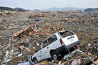 KMA12 MINAMI SANRIKU (JAPÓN) 14/03/2011.- Vista general de la devastación en el distrito de Shizugawa, en la localidad costera de Minami Sanriku, prefectura de Miyagi (Japón), donde prácticamente todos sus edificios están destruidos, hoy, lunes 14 de marzo de 2011. Las autoridades japonesas elevaron hoy a casi 1.600 los muertos por el terremoto y posterior tsunami del viernes, mientras se sigue sin localizar a más de 10 mil personas atrapadas bajo los escombros o mar adentro por la ola gigante. En las últimas horas, un total de 643 muertes fueron confirmadas en la provincia de Miyagi, la más devastada por el seísmo en el noreste del país, con lo que el total se sitúa ahora en 1.596 víctimas mortales, según la televisión NHK. EFE/KIMIMASA MAYAMA...
