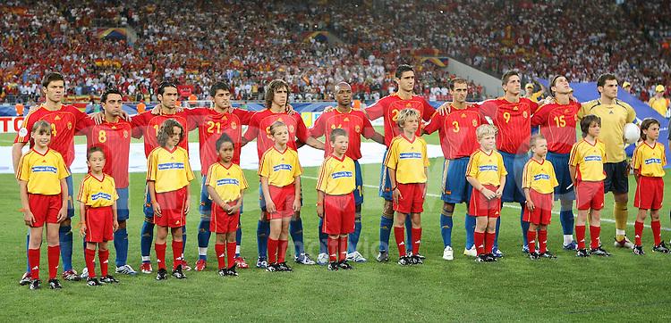 Fussball WM 2006  Gruppenspiel  Vorrunde  Gruppe H Spanien 3-1 Tunesien Mc Donalsds Kids vor der spanischen Mannschaft bei der Nationalhymne