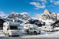 Italy, South Tyrol, Trentino - Alto Adige, Dolomites, Corvara in Badia: popular wintersport resort and Gruppo del Puez mountains, mobile homes for winter camping on parking area | Italien, Suedtirol, Dolomiten, Gadertal, Corvara: beliebter Wintersportort vor Puez-Gruppe, Wohnmobile fuer Wintercamping auf einem Parkplatz