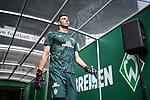 Torwart Jiri Pavlenka (Werder Bremen) geht zum Aufwaermen auf den Platz.<br /><br />Sport: Fussball: 1. Bundesliga:: nphgm001:  Saison 19/20: 34. Spieltag: SV Werder Bremen - 1. FC Koeln, 27.06.2020<br /><br />Foto: Marvin Ibo GŸngšr/GES/Pool/via gumzmedia/nordphoto
