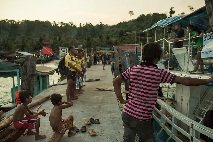 19 February, 2013 - Koh Rong (Sihanoukville). Divers are debriefed after a day of training. © Thomas Cristofoletti / Ruom