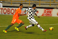 TUNJA - COLOMBIA -14-02-2014: Armando Carrillo (Der.) jugador de Boyacá Chicó disputa el balón con Juan Ortegon (Izq.) jugador del Envigado FC durante partido por la fecha quinta de la Liga Postobón I 2014 realizado en el estadio La Independencia en la ciudad de Tunja./ Armando Carrillo (R) player of Boyaca Chico FC, fights for the ball with Juan Ortegon (L) player of Envigado FC during match valid for the fifth date of Postobon League I 2014 at La Independencia stadium in Tunja city. Photo: VizzorImage/Jose Miguel Palencia/Str
