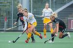 AMSTELVEEN - Imme van der Hoek (DenBosch) met Charlotte Vega (Adam)     tijdens de hoofdklasse hockeywedstrijd dames,  Amsterdam-Den Bosch.   COPYRIGHT KOEN SUYK