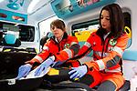 Milano 29 febbraio 2016, Laura e Lodovica due giovani volontarie della Croce Verde di Milano, via Milano 29 febbraio 2016, Laura e Lodovica due giovani volontarie della Croce Verde di via San Vincenzo 25