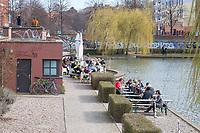 Aufgrund einer Anordnung des Berliner Senat muessen seit dem 13. Maerz 2020 Bars, Clubs und Kneipen geschlossen bleiben um die Ausbreitung des Corona-Virus zu verlangsamen.<br /> Am Tag nach der Anordnung zeigt sich in der Stadt ein gemischtes Bild. Einige Cafes hielten sich an die Anordnung und hatten geschlossen viele Cafes nicht.<br /> Im Bild: Ein geoeffnetes Cafe in Berlin-Kreuzberg.<br /> 15.3.2020, Berlin<br /> Copyright: Christian-Ditsch.de<br /> [NUR FUER REDAKTIONELLE ZWECKE! Werbung nur auf Anfrage beim Fotografen. Inhaltsveraendernde Manipulation des Fotos nur nach ausdruecklicher Genehmigung des Fotografen. Vereinbarungen ueber Abtretung von Persoenlichkeitsrechten/Model Release der abgebildeten Person/Personen liegen nicht vor. NO MODEL RELEASE! Don't publish without copyright Christian-Ditsch.de, Veroeffentlichung nur mit Fotografennennung, sowie gegen Honorar, MwSt. und Beleg. Konto: I N G - D i B a, IBAN DE58500105175400192269, BIC INGDDEFFXXX, Kontakt: post@christian-ditsch.de<br /> Bei der Bearbeitung der Dateiinformationen darf die Urheberkennzeichnung in den EXIF- und  IPTC-Daten nicht entfernt werden, diese sind in digitalen Medien nach §95c UrhG rechtlich geschuetzt. Der Urhebervermerk wird gemaess §13 UrhG verlangt.]