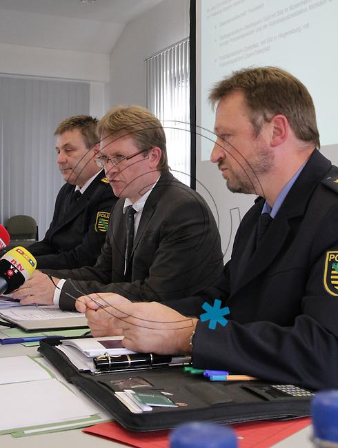Nach dem Doppelmord im saechsischen Groitzsch hat sich ein Mann in Bayern der Polizei gestellt. Der 40 Jahre alte Jaeger gilt als dringend tatverdaechtig. Zur Festnahme nach dem Doppelmord in Groitzsch informieren Polizei und Staatsanwaltschaft am Freitag, 3.9.2010. Bei der Pressekonferenz sprechen Landespolizeipraesident Bernd Merbitz (links), Oberstaatsanwalt Ricardo Schulz (Mitte) und der Leitende Kriminaldirektor Jürgen (Juergen) Georgie. Foto: aif / Ines Christ