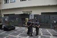 SÃO PAULO, SP, 24.04.2015 - REINTEGRAÇÃO DE POSSE - Policiais cumprem mandato de reintegração de posse em prédio da Rua Conselheiro Crispiniano no centro de São Paulo na manha desta sexta-feira dia 24, os moradores deixaram o edifício durante a madrugada antes da chegada a PM, policiais vistoriam o local para retirada de móveis ou objetos deixados por ocupantes. (Foto Amauri Nehn/Brazil Photo Press)