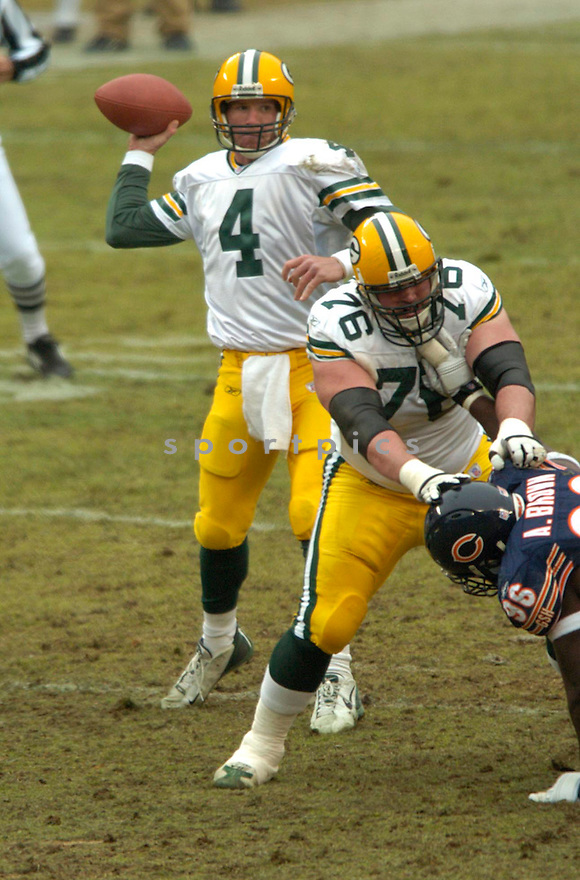 Brett Farve, of the Green Bay Packers in game action against the  Chicago Bears on 1/2/05.Packers win 14-31..David Durochik / SportPics