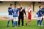 2015-10-25 / Voetbal / Seizoen 2015-2016 / FC Turnhout - KV Vosselaar / FC Turnhout viert de 3-1 overwinning tegen de buren uit Vosselaar. Coach Tom Moons dankt zijn spelers, Van de Vel (l.) en Van der Heyden<br /><br />Foto: Mpics.be
